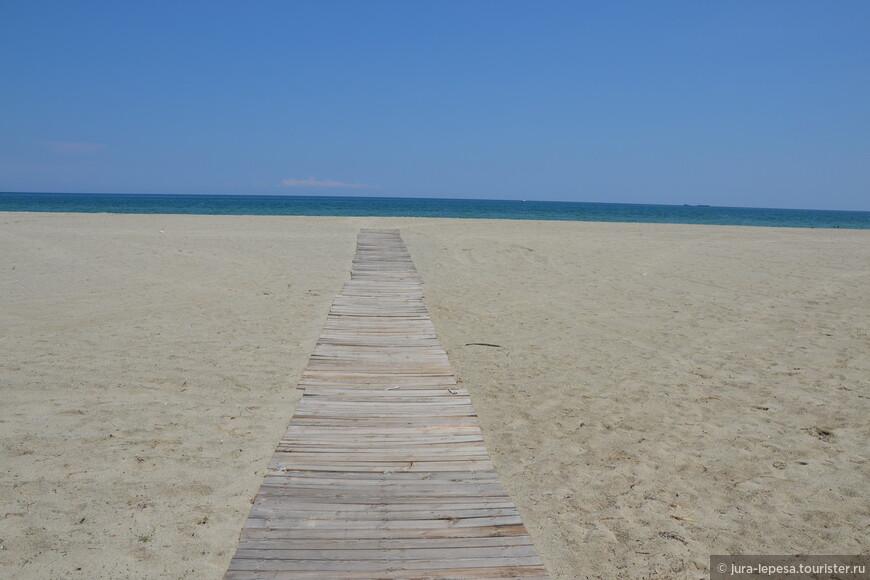 Этот широкий песчаный пляж идеально подходит для спокойного семейного отдыха.