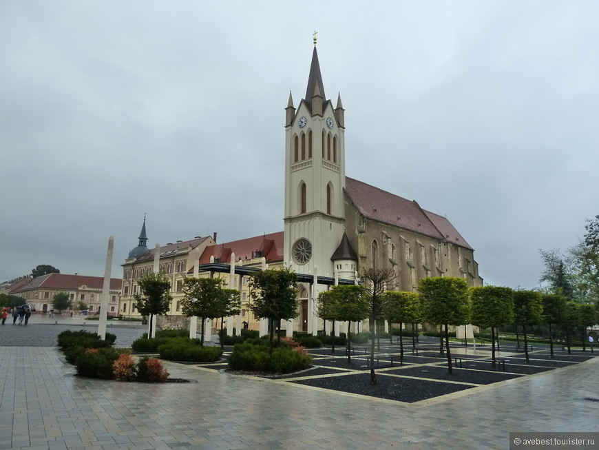 Францисканская церковь на главной улице города за свою долгую (построена она была в 1386 году) историю успела побывать крепостью и претерпеть многочисленные переустройства. С 1880 года к церкви была пристроена колокольня.