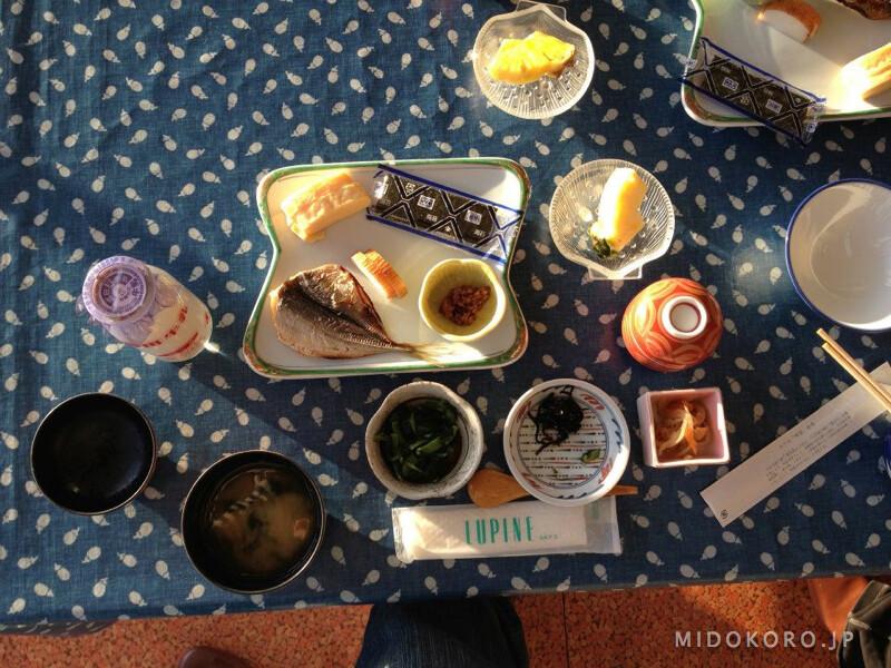 Завтрак традиционной японской гостиницы достаточно разнообразен: омлет, соевый творог тофу, перебродившие бобы натто, сушеные водоросли нори, мисо-суп, соленья, жареная ставридка и бутылочка молока.