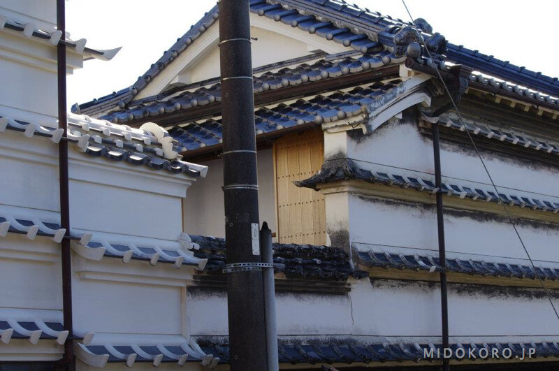Отличительная черта архитектуры этих мест - наличие на стене нескольких карнизов, защищающих стену от осадков, которых регулярно приносят с океана мощные тайфуны.