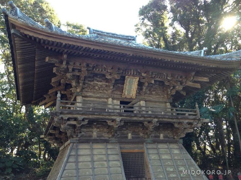Над гротами стоит мысовый храм Мурото - Хоцумисакидзи.