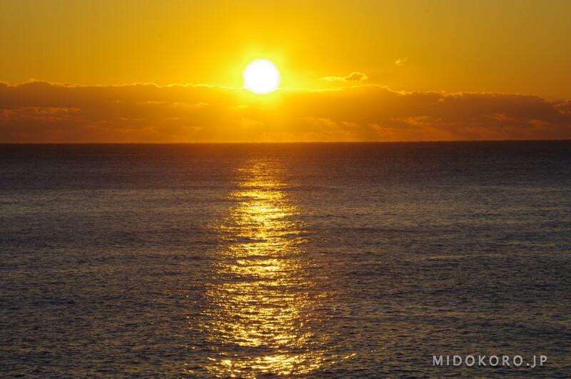 А в дни, когда небо абсолютно чистое, можно наблюдать удивительное и красивое явление: солнце, принимающее форму медитирующего монаха. Солнечный диск уже поднялся над линией горизонта, но никак не может от нее оторваться, вытягивается в характерный силуэт. По-японски из-за сходства с силуэтом неваляшки Дарума, прообразом которой был великий патриарх дзен-буддизма - Бодхидхарма, такой солнечный восход принято называть Дарума-Асахи. Асахи, к слову сказать, это буквально - восходящее солнце.