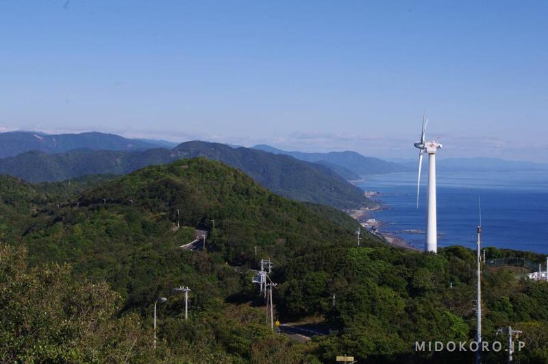 Ветряки - вестник новых энерготехнологий и уходящая на север береговая полоса.
