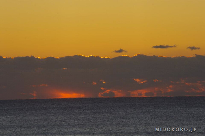 Утро на мысе Мурото принято начинать с любования восходящим солнцем. Здесь, говорят, самые красивые в Японии восходы и закаты, которые можно наблюдать в обе стороны мыса...