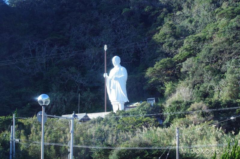 Просоленый океанскими ветрами на берегу стоит в белоснежных одеяниях сам патриарх Кукай.