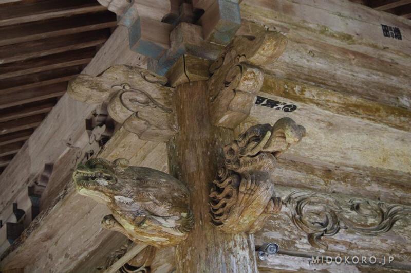 Прекрасна старинная резьба по дереву. Изображения слоноподобных мифологических животных Баку - защита от зла.