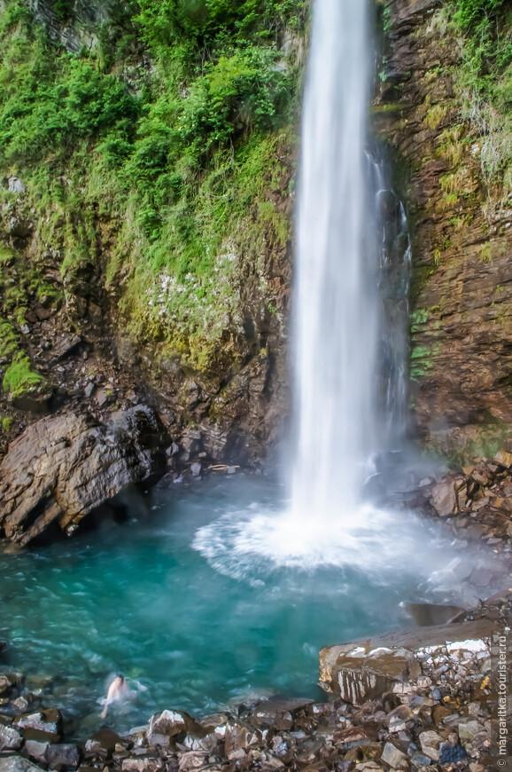 о величине и высоте водопада можно судить по соотношению размеров с ростом человека. Этот мужчина после приседания выпрямился в полный рост