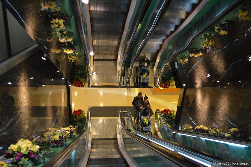 Один из многочисленных переходов с одной улицы на другую, расположенную на более высоком уровне, с помощью эскалаторов торговых центров