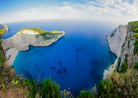 Некоторые туристические сайты громко называют Навагио  самым красивым пляжем Греции и всего мира. От этого вида, высоты под ногами, синевы моря над головой и моря далеко внизу захватывает дух.
