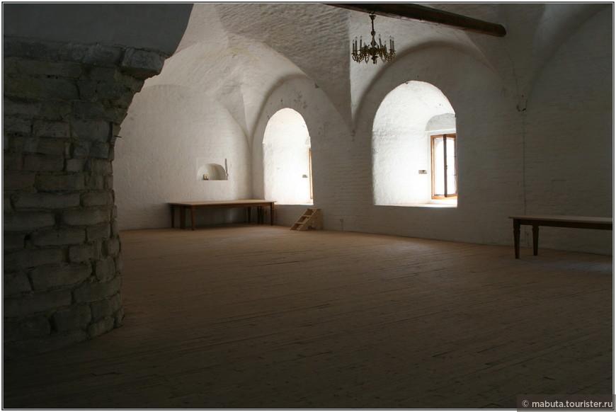 Огромная одностолпная палата трапезной служила вместилищем нескольких тысяч заключенных, которые спали на трехъярусных нарах.