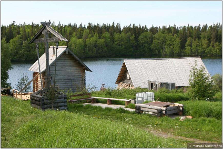 Исаковский скит, расположенный между двумя озерами, недалеко от Секирной горы, служил в лагере рыболовецкой командировкой (направление заключенных на конкретные работы).