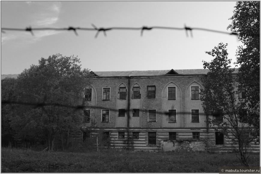 В двух километрах от монастыря  на территории бывшего кирпичного завода в 1939 году было построено здание тюрьмы. Однако в связи с началом войны всех заключенных перевили на материк, а здание перешло в ведение Северного морского флота.