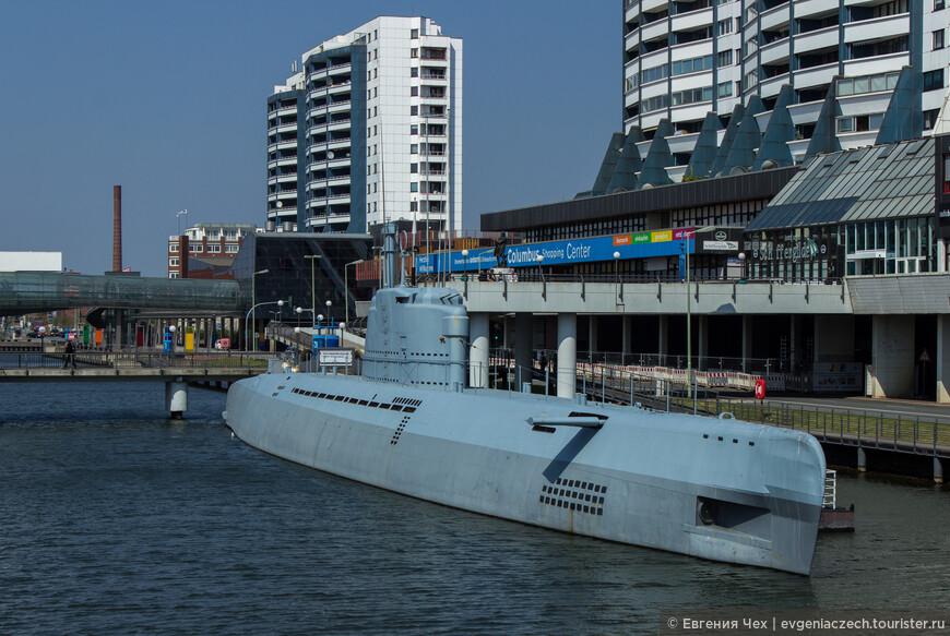 """Подводная лодка времен 2 мировой войны, можно полазать по отсекам и, помимо прочего увидеть плакат """"Русские не дремлют!"""""""