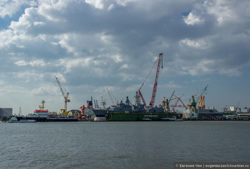 Порт в основном торговый, но есть также круизные и военные корабли