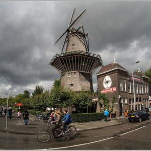 """De Gooyer - одна из двух """"оригинальных"""" мельниц, сохранившихся в Амстердаме. Рядом - пивоварня 't IJ"""