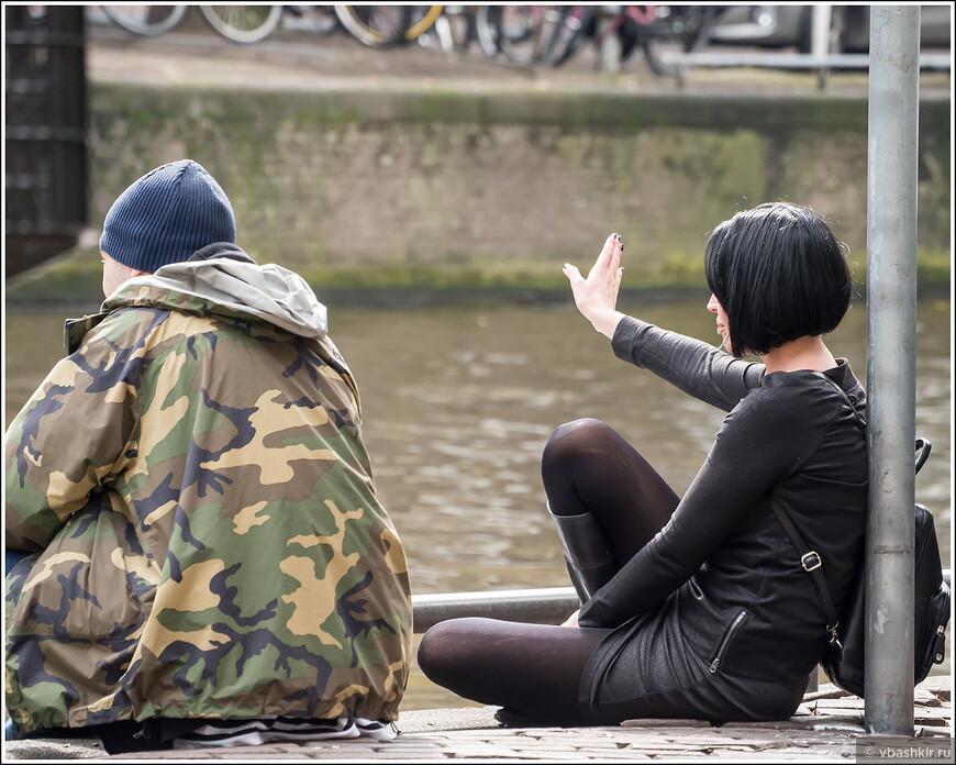 Помахать рукой проплывающим лодкам... Кстати, добрая половина амстердамских велосипедисток облачена в черные и обязательно немного дырявые колготки))