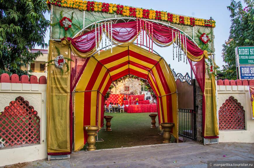 украшение входа во большой двор (отеля) для свадеб