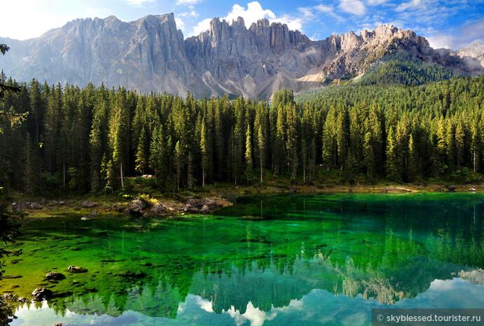 ради этой картинки мы двинулись в путь. Озеро Карецца! я расплакалась, когда увидела его вживую. Это потрясающе! изумрудная вода на солнце и красивые горы, когда не сильно облачно. нам очень повезло с погодой. добраться из Bolzano туда можно на автобусе за 4,5 евро