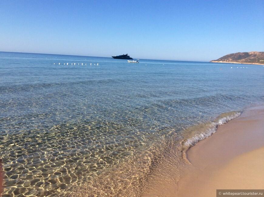 Чистейшее море: ни медуз, ни морских ежей, ни водорослей, лишь мягкий, нежный песок...