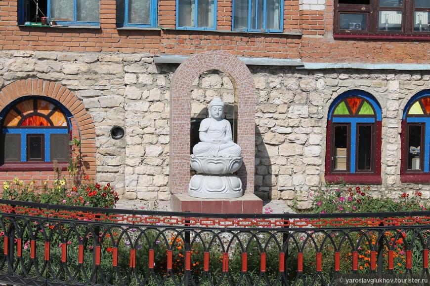 Будда у Храма.