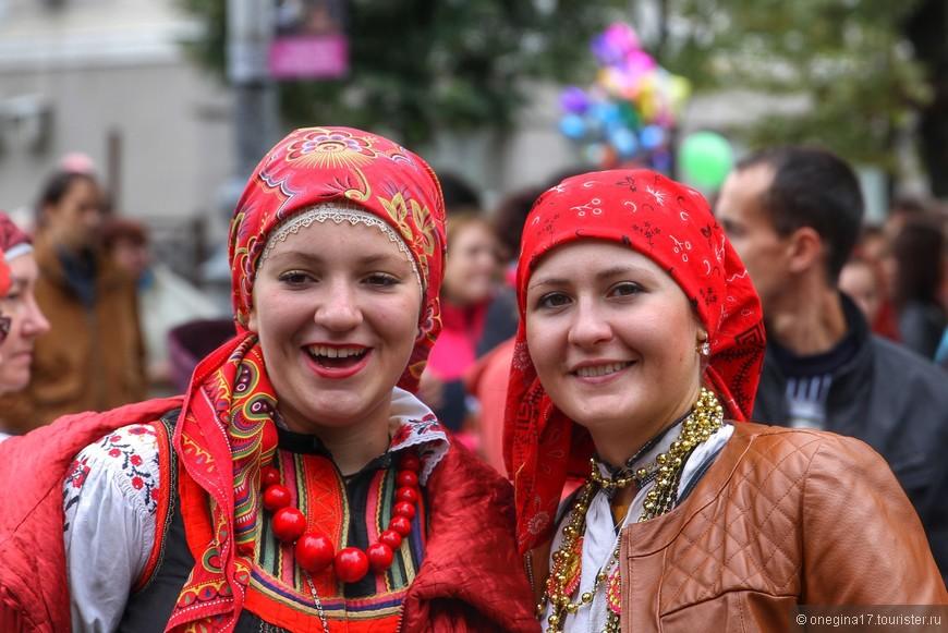 Раз в два-три года в День Города съезжаются музыкальные коллективы почти со всей нашей страны, чтобы поучаствовать в фестивале народных песен и танцев.