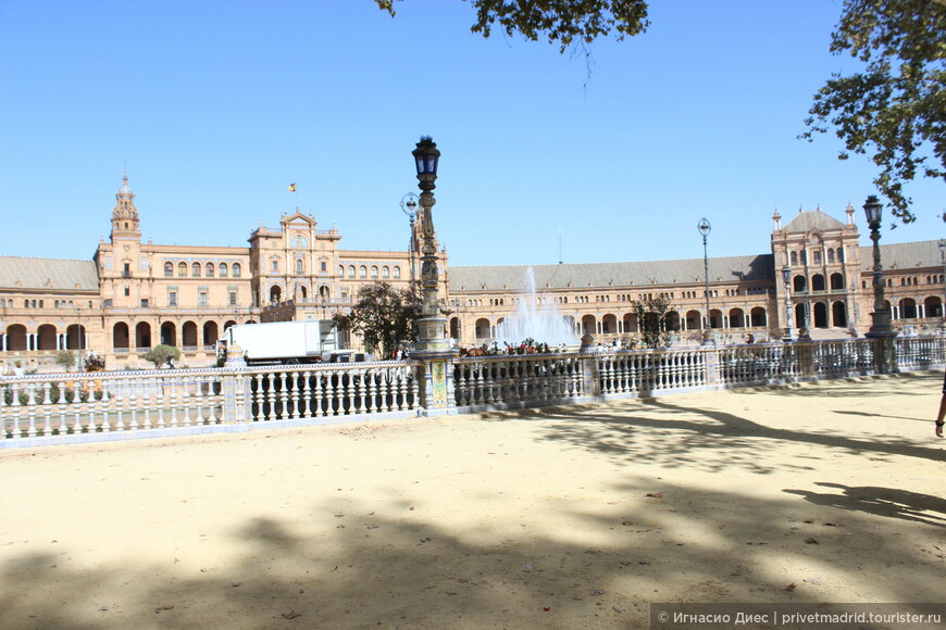 Площадь Испании в Севилье (Plaza de España) — городской ансамбль в неомавританском стиле, появившийся на юге Севильи в преддверии Иберо-американской выставки 1929 года.