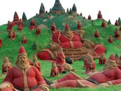 Индийский пляж украсили сотней песчаных Санта-Клаусов