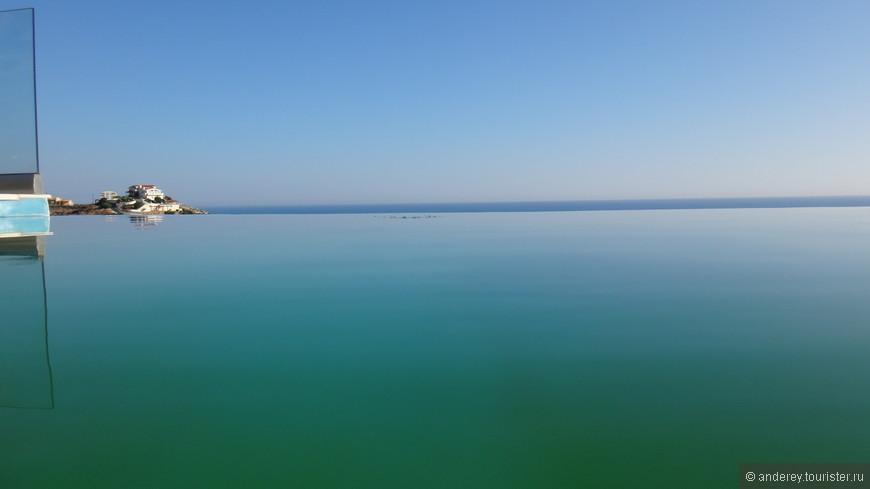 По приезду стало понятно , что фотошоп тут натуральный .Правда стенки бассейна уже не идеально чистые, зелени добавилось.