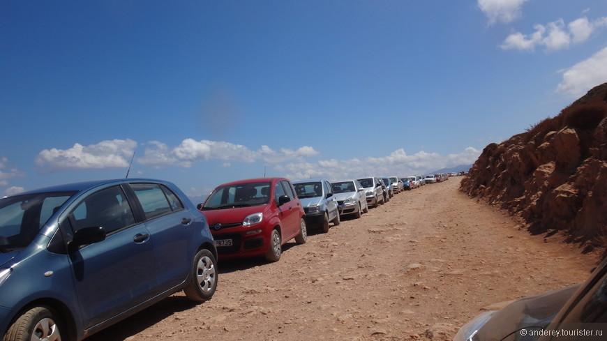 На обратном пути , стартуя с наполовину опустевшей парковочной площадки, мы увидели вереницу сиротливых машин вдоль дороги.