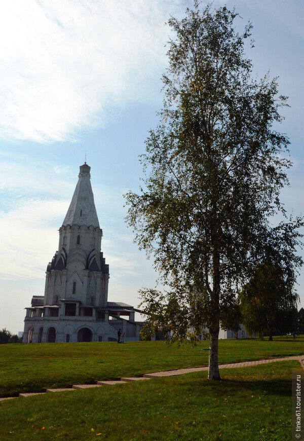 Вознесенская церковь красиво стоит на холме.