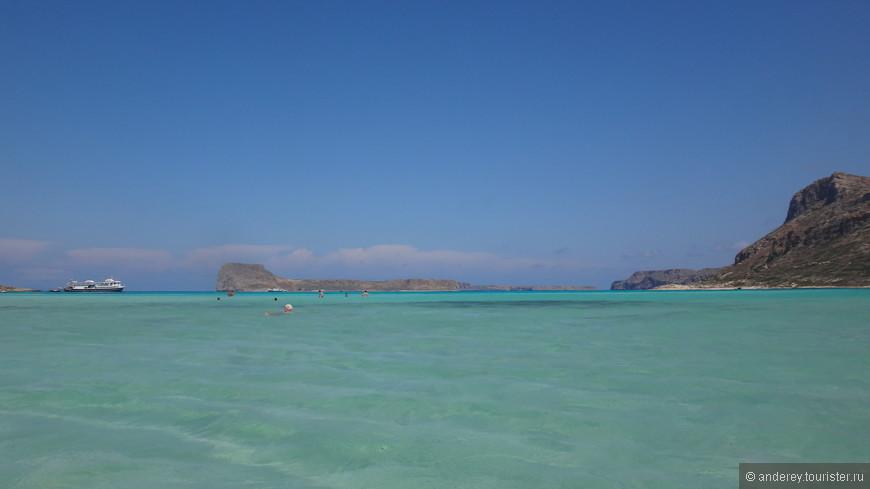 Море на этом пляже действительно имеет разные цвета
