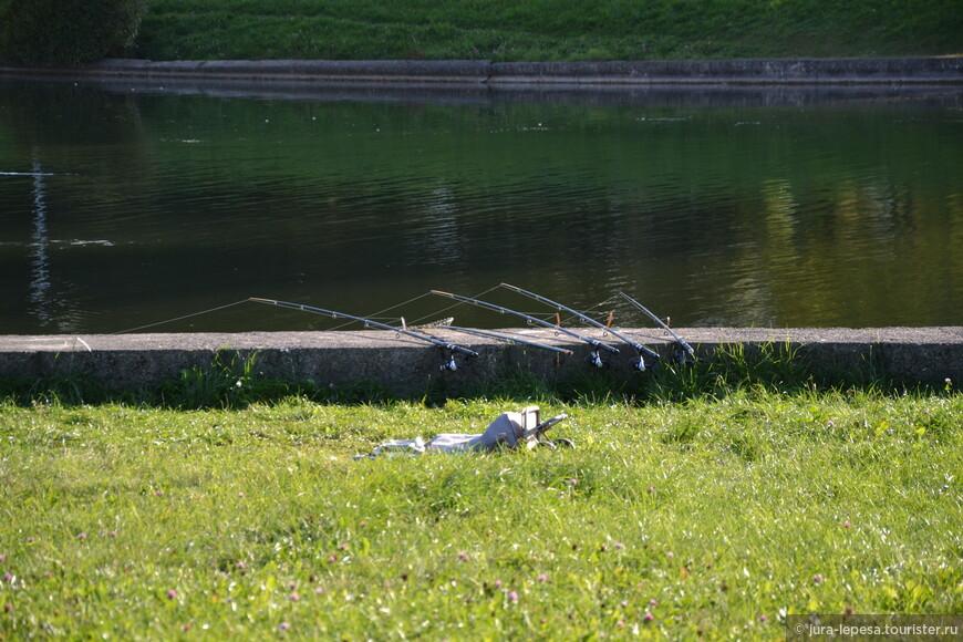 Есть еще и те, кому нравится в этом канале рыбачить. Еще несколько лет назад тут ловили раков. Сейчас с ними напряженка.