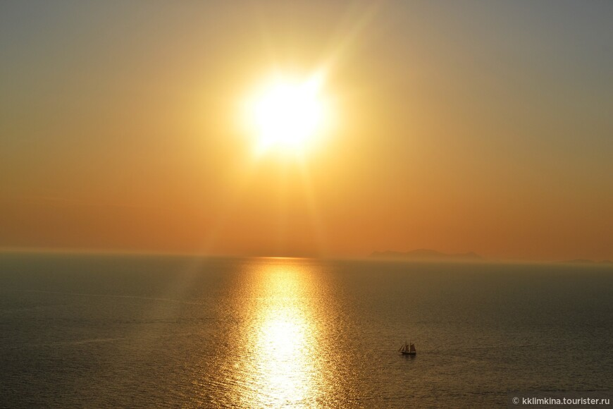 Мое любимое фото. Те, у кого позволяют средства, не просто смотрят на закат, а плывут к нему на лодке с парусами.