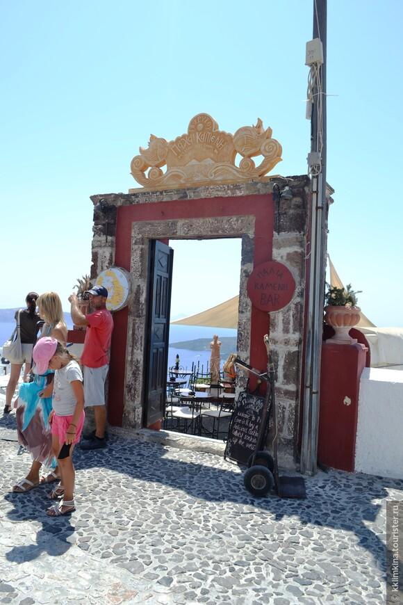 Впечатление от острова сильно портят толпы туристов. Езжайте на Санторини в не сезон. Либо вставайте рано утром, чтобы успеть погулять по безлюдным улочкам.