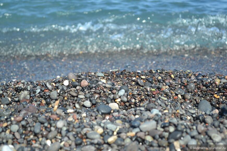 Пляж с черным вулканическим песком. Санторинцы утверждают, что черные вулканические камни лечат любые болезни, если прикладывать их к больному месту.