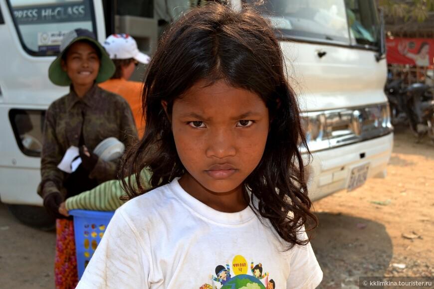 У камбоджийцев кажется с детства взрослый взгляд....