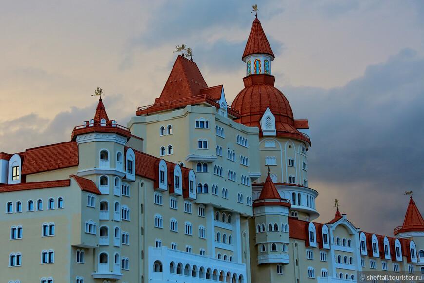 """Отель """"Богатырь"""" в стиле средневекового замка.Мне,кстати,очень понравился.И сервис,и интерьер и все остальные опции на достойном уровне.Не сочтите за рекламу."""