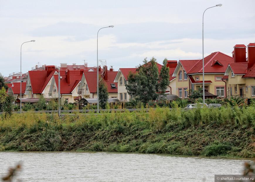 Жилой массив, выстроенный  для них выглядит как престижный коттеджный посёлок.