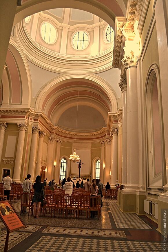 Католический храм внутри.
