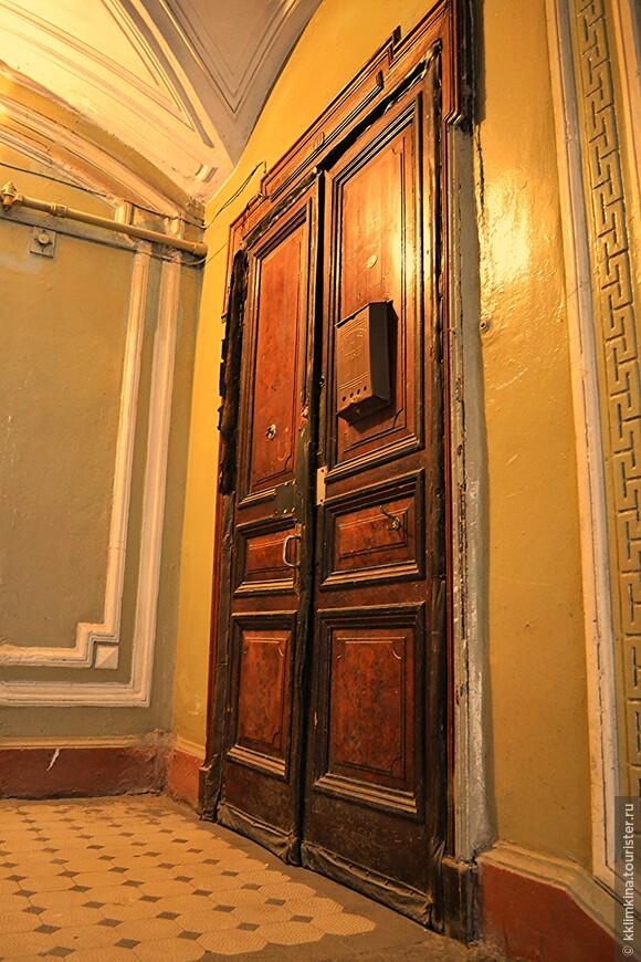 Даже двери остались старинными. Ох уж этот Питер...сплошные коммуналки.