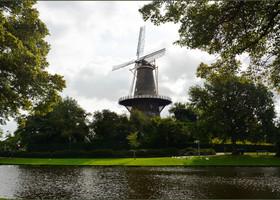 В городе есть несколько ветряных мельниц на воде. Знаменитая ветряная мельница Де Фалк. Почти рядом с вокзалом.