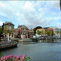 Каналы и мостики буквально опутывают весь город.