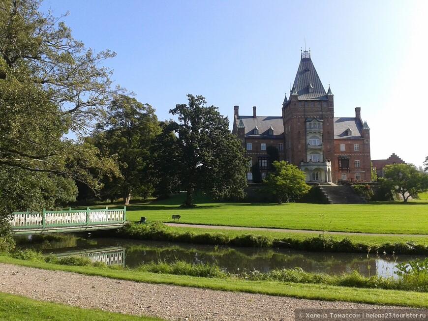 Вид на замок Трулленэс со стороны парка и подъездной дороги. Замок находится между городами Ландскруна и Эслёв.