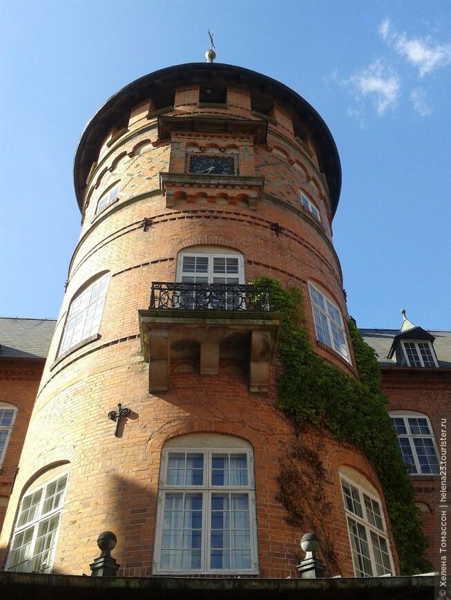 Башня замка Трулленэс, достроенная в 19 веке.