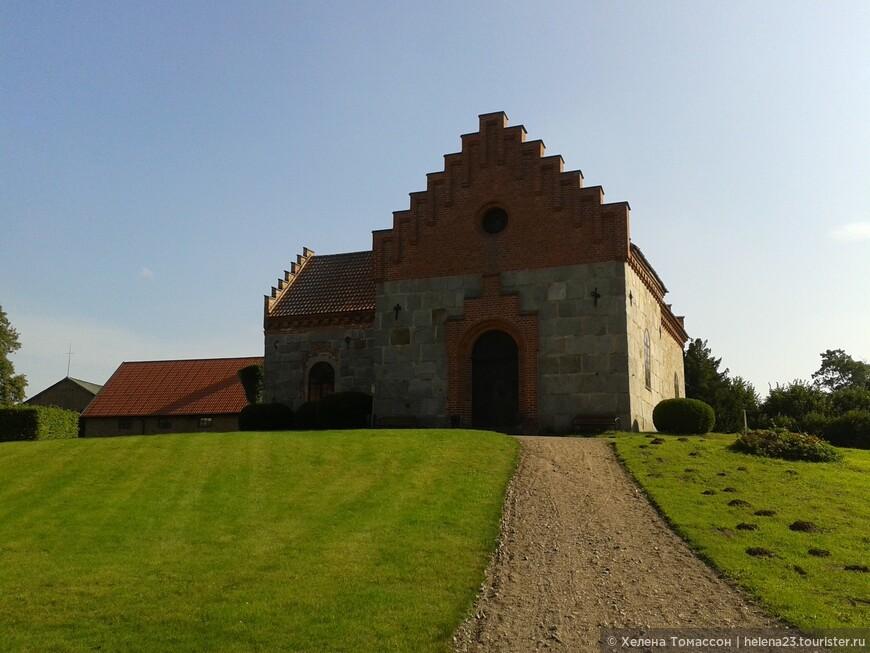 Cтарая церковь возле замка Трулленэс, Эслёв, Скания. Церковь на этом месте была впервые построена в  1100-годы, однако перестраивалась несколько раз, а некоторые части были разрушены. Самая старая постройка с северной стороны воздвиглась в 1600 году. В 1860 году было построено новое здание, и была снесена башня 1641 года. Лестничные фронтоны были достроены в 19 веке. Церковь была реставрирована в 1925-1926, и среди прочего достроено строение с северной стороны.