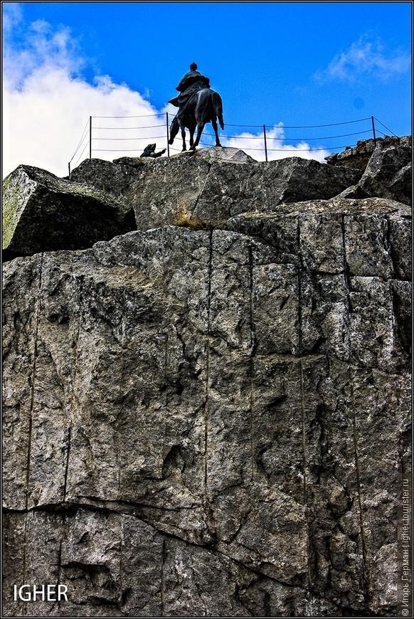 тут я уже на верхней точке перевала и на фото виден памятник А.Суворова сзади