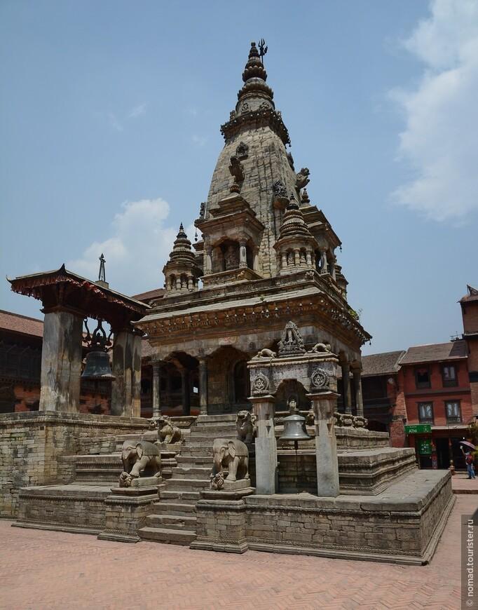 Площадь Дурбар. Храм Ватсала (Деви) Дурга. Прямо перед Королевским Дворцом стоит богато украшенный тонкой резьбой каменный храм Ватсала (Деви) Дурга, возведённый в 1672 г. королём Джагат Пракаш Маллой. Этот храм, построенный в стиле шикхара, имеет некоторое сходство с Кришна Мандиром в Патане. Перед храмом находится большой колокол Таледжу посвящённый богине Таледжу, установленный королём Джая Ранджит Маллой в 1737 г.