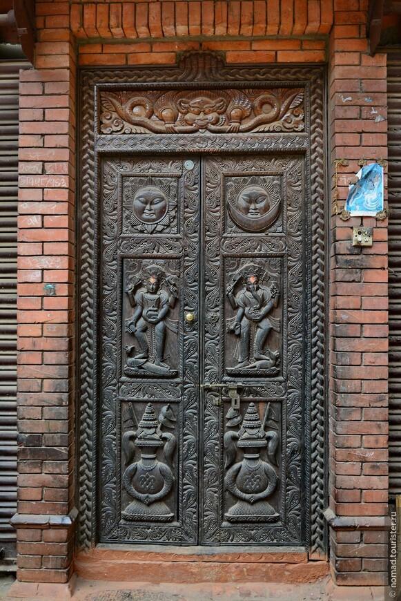 Бхактапур отличается большим количеством шикарных резных деревянных дверей...
