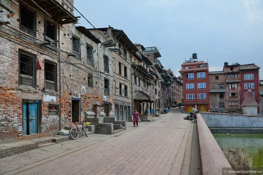 В городе. Чуть дальше от туристического центра, Бхактапур становится таким же разрушенным, как и Катманду, но гораздо чище...