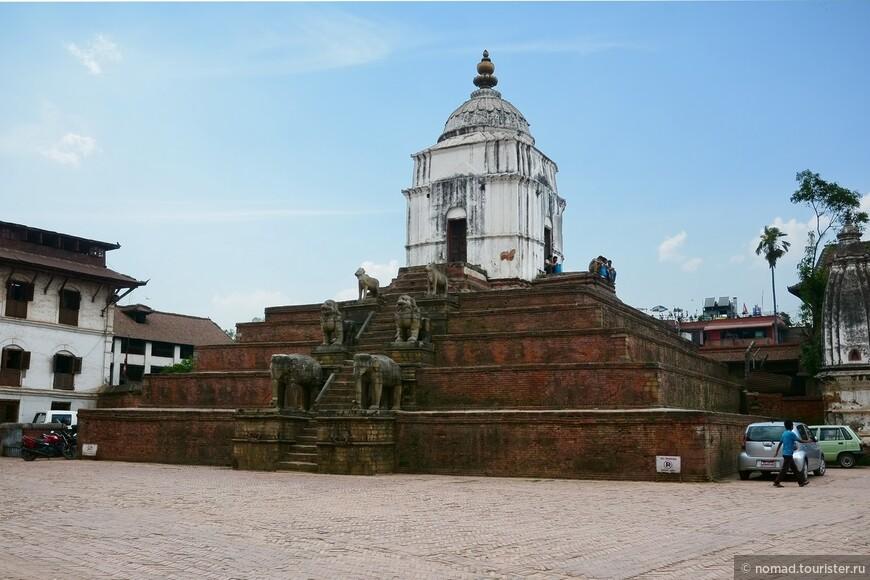 Площадь Дурбар. Храм Фасидега. В центре второй части Площади Дурбар расположен большой белый храм Фасидега, посвящённый Шиве. Храм возвышается на шестиуровневой платформе, откуда открывается восхитительный вид на всю долину.